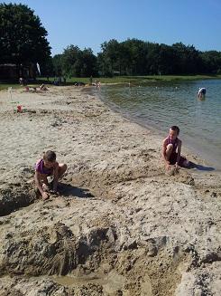 Leker naar het strand
